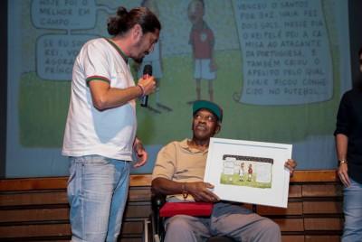 Cartunista Paulo Batista entrega quadro em homenagem a Ivair