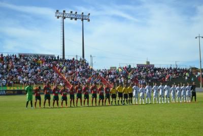 Atletas perfilados para o hino nacional